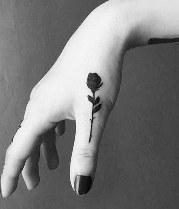 Tatuajes de rosas negras para mujeres