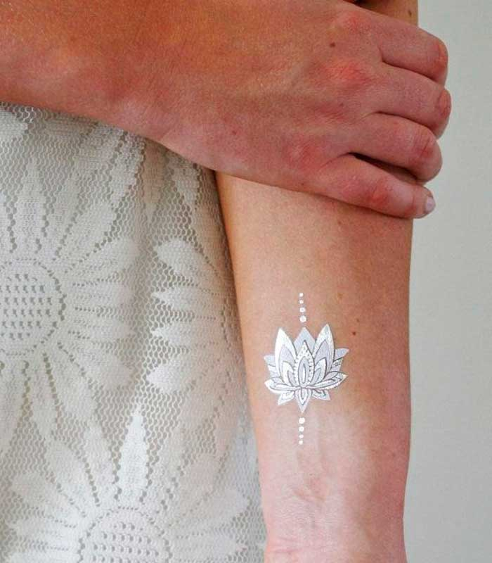 Tatuaje flor de loto blanca