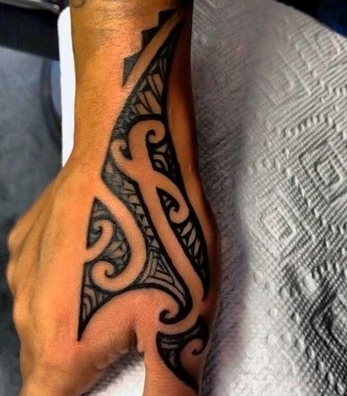 tatuajes tribales en la mano