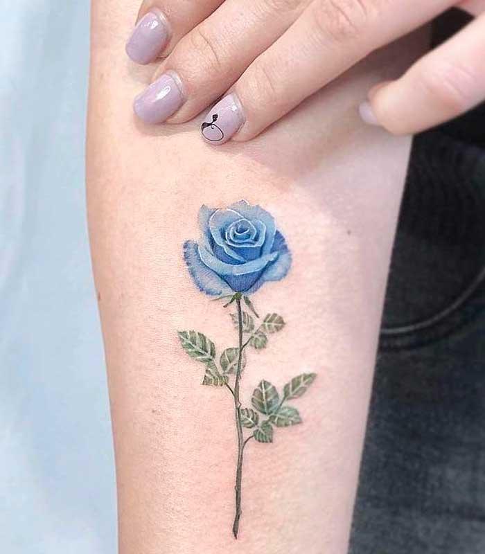 rosa azul tatuaje pequeño