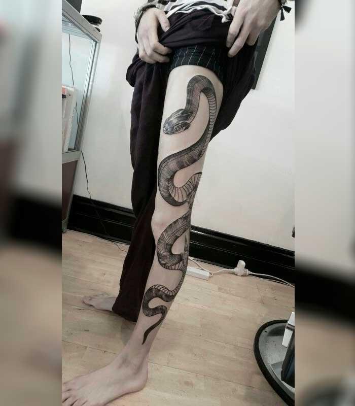 tatuajes de serpientes en la pierna
