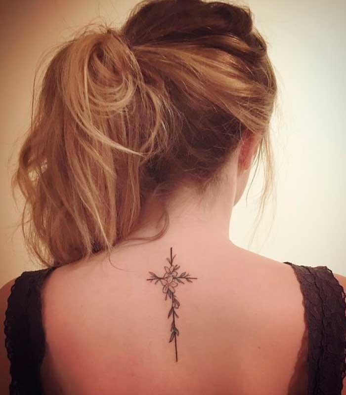 tatuajes de cruces para mujeres