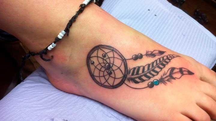 tatuajes de atrapasuenos en el pie