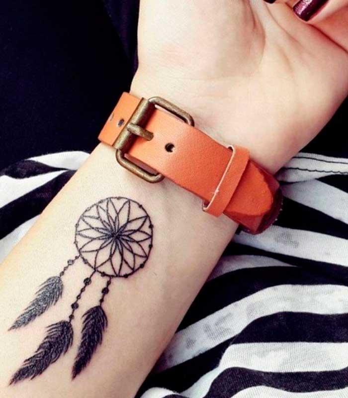 tatuajes de atrapasueños en la muñeca