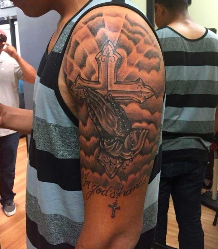 tatuajes de cruces en el brazo