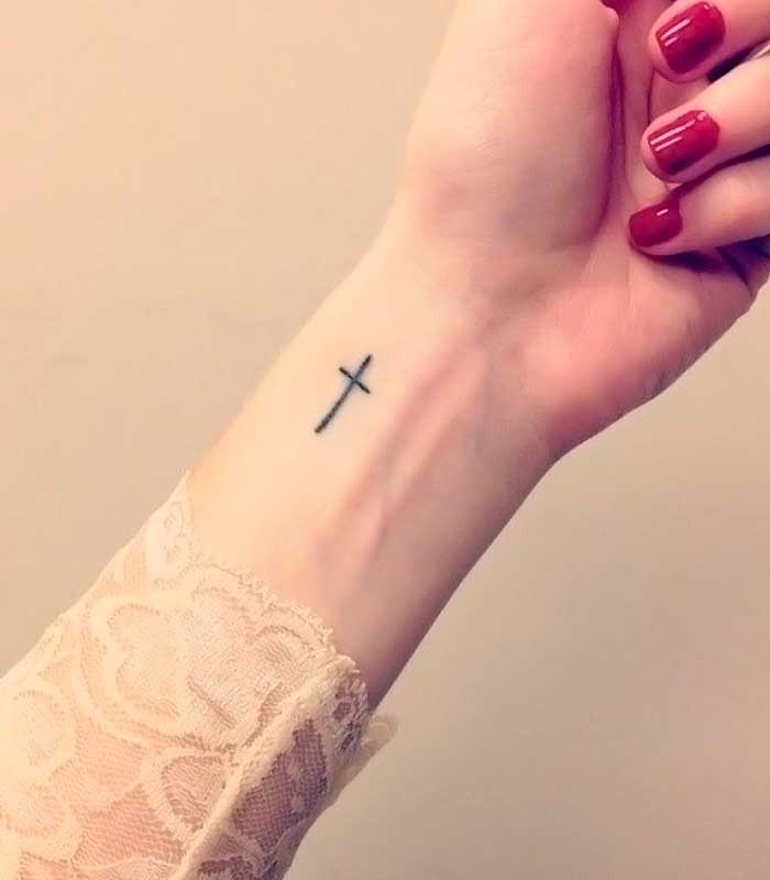 tatuajes de cruces en la muñeca