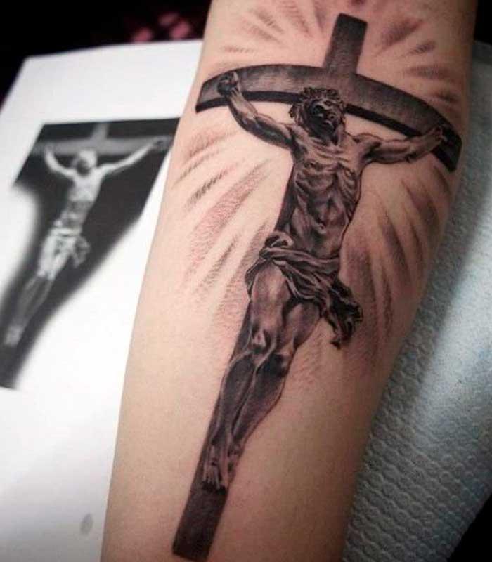 tatuaje de jesus en la cruz