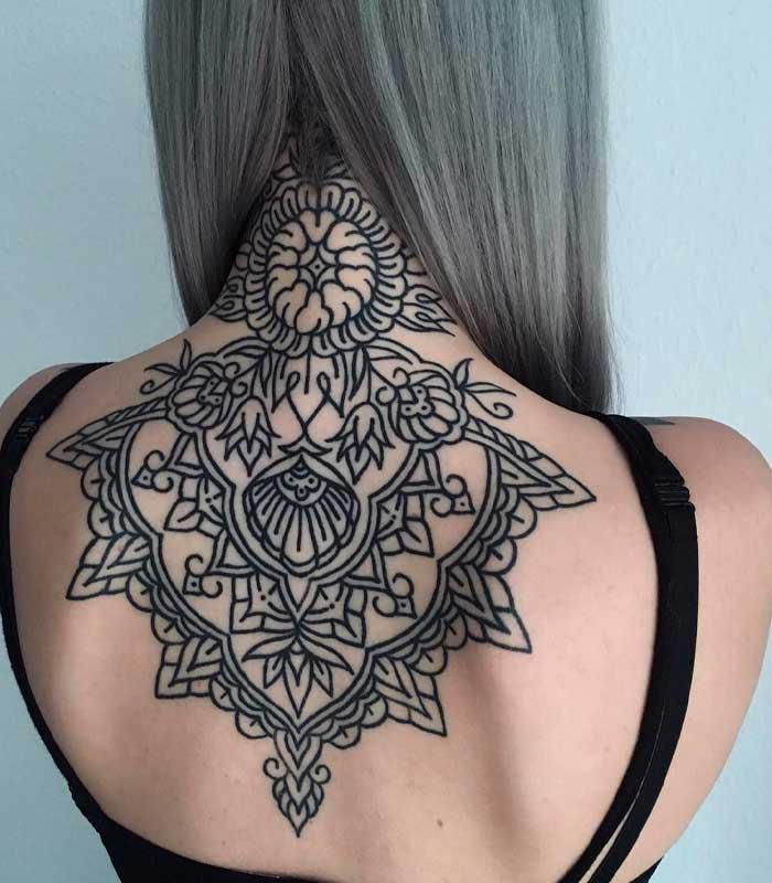 tatuajes geométricos en la espalda